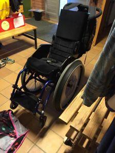 En vanlig rullstol som rullas manuellt